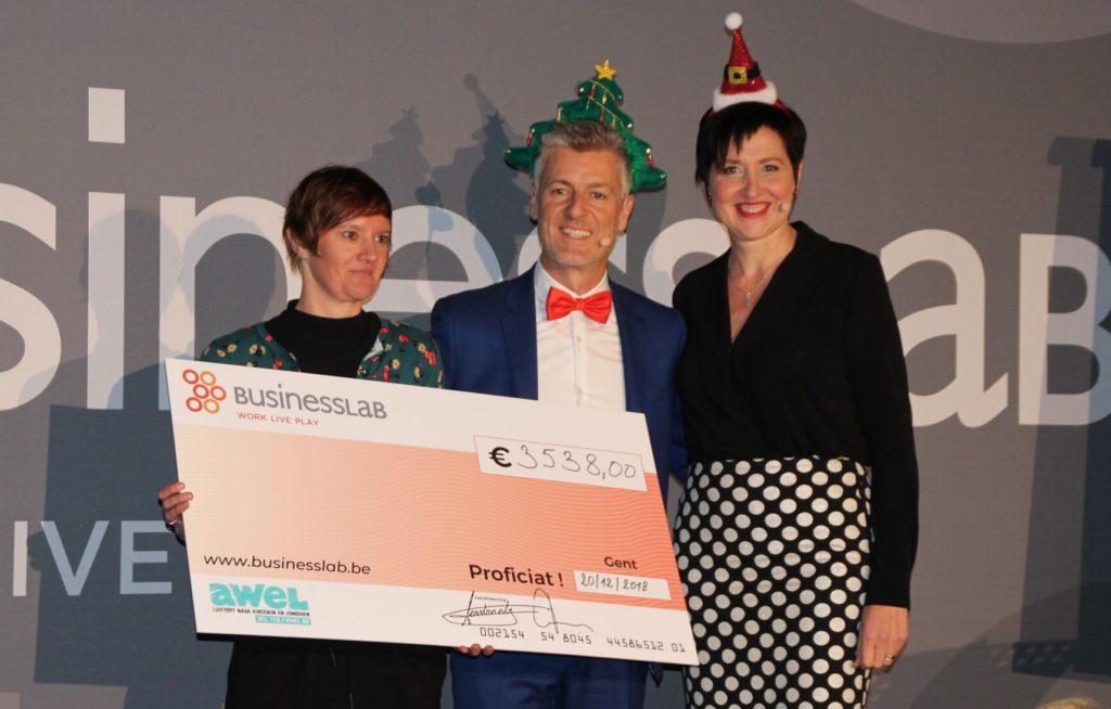 Businesslab schenkt awel 3538 euro - Kersthoedjes foto